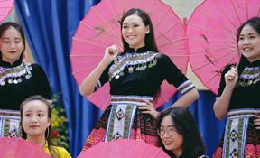 Á Hậu Trường San thể hiện bài nhảy 'Mị nói cho mà nghe' tại trường Phan Đình Phùng