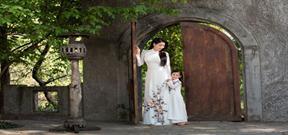 Hà Kiều Anh và con gái diện áo dài đôi
